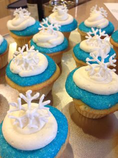 Frozen themed party- snowflake cupcakes