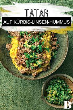 Kürbis-Linsen-Hummus mit Tatar. Den Hummus zaubern wir aus Kürbis und roten Linsen, obendrauf kommt Tatar – das ist nicht nur lecker, sondern auch schnell gemacht. #kürbis #linsen #hummus #tatar Tahini, Hummus, Dip, Grains, Food, Spice, Potato Mashers, Delicious Dishes, Mint