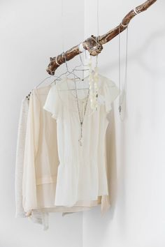 Makuuhuoneen nurkassa riippuva oksa on löydetty Herttoniemen metsästä. Emmi teki oksasta sisustuselementin ripustamalla siihen vaatteita ja koruja.