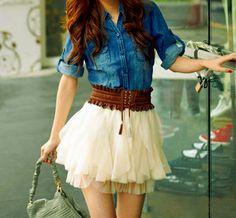 chic & boho. Una falda tipo bailarina, muy femenina en contraste con una camisa de mezclilla.