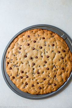 Easy and quick homemade recipe for chocolate chip cookie pizza! Makes a giant co… Easy and quick homemade recipe for chocolate chip cookie pizza! Makes a giant cookie pizza perfect for sharing. Chocolate Chip Cookie Pizza, Homemade Chocolate Chip Cookies, Chocolate Recipes, Giant Chocolate, Chocolate Pizza, Tolle Desserts, Köstliche Desserts, Delicious Desserts, Dessert