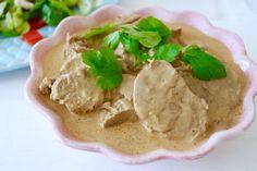 När grädde eller crème fraîche fattas i kylskåpet så brukar jag reda av mina grytor med färskost. Det ger en len & krämig smak, rundare & mjukare än crème fracihe. Gott! Detta behövs till 4-5 personer: 2putsade fläskfileer smör salt & peppar 5 dl vatten 1 msk kinesisk soja 2msk … Läs mer