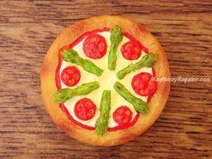 Imán nevera modelo PIZZA DE ESPÁRRAGOS (6 cm. de diámetro). Fabricado en resina y pintado a mano. Muy útil para sujetar notas, dibujos, tickets... o simplemente como artículo de decoración.