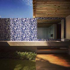Painel lindo em Azul Marinho da Linha Metrópole MT-07. A Dama tem 150  peças (3m2) à pronta entrega esperando o seu projeto!!! #decora #instadecor #inspiration #reforma #photooftheday #lifestyle #painel #azulejo #azulejos #ceramic #ceramica #revestimento #arquitetura #design #interiordesign #ideia #art #azulejaria #home #fachada #decor #azulejosdecorados #sala #room #tile #tiles #damaazulejos #dama