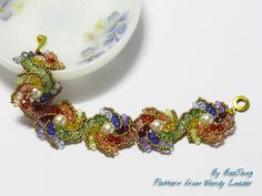 Rainbow Curve - XXOXX Bracelet - OTTBS May Challenge | von BeeJang - Piratchada It's Hogarth Crystal Curve, pattern and designed by Wendy Lueder, published in Bead and Button magazine April 2012. I add another round to the original design and make it a bit bigger.