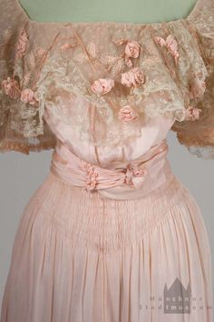 Evening Gown: ca. 1900-1903, silk, lace.