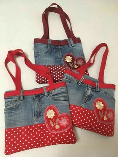 Discover recipes, home ideas, style inspiration and other ideas to try. Reuse Jeans, Artisanats Denim, Blue Jean Purses, Denim Crafts, Handmade Handbags, Recycled Denim, Fabric Bags, Kids Bags, Cloth Bags