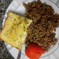 Encerrando agora o #dia1 dos #31diasketo  Comendo a boa e prática carne moída juntamente com um pouco de tomate e um omelete de forno cetogênico recheado com pernil e coberto com queijo.  Ensinamos a fazer o omelete no nosso canal do youtube - http://ift.tt/1RxCWAS - e adoramos repetir essa receita por ser  fácil  cetogênica  render muuuitas porções  E bora jantar que amanhã tem mais?  #senhortanquinho #paleo #paleobrasil #primal #lowcarb #lchf #semgluten #semlactose #cetogenica #keto…