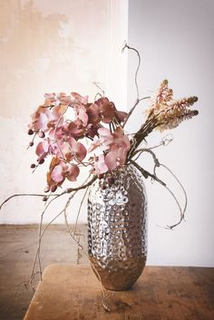 Domov tvoří detaily Flowers Uk, Flower Fashion, Stores, Artificial Flowers, Glass Vase, House Styles, Interior, Buffets, Plants
