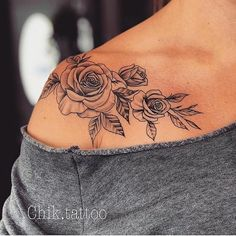 Roses on shoulder tattoo Rosen auf Schulter Tattoo Pretty Tattoos, Sexy Tattoos, Body Art Tattoos, Small Tattoos, Family Tattoos, Kid Name Tattoos, Tattoo Kids Names, Hand Tattoos, Tree Tattoos