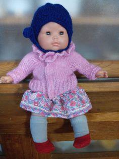 le pull ( bien entendu ROSE ) la jupe, des chaussettes et de petite ballerine rouge avec un bonnet en laine. Lilwenn devrait être satisfaite, l'Atelier de père noël a bien travaillé !!