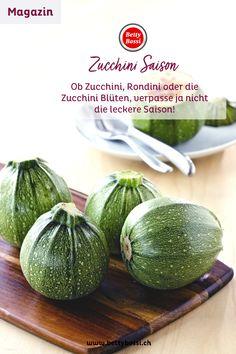 Zucchini sind ein beliebtes Sommergemüse, aber meist stehen sie etwas im Schatten von Tomaten, Peperoni und Auberginen. Dabei hat das Kürbisgewächs weit mehr drauf, als immer nur Nebenrollen zu spielen. Wir verhelfen ihm nun endlich zu dem Auftritt, den es verdient. Bühne frei für die vielfältigen Zucchini!  Wir zeigen dir leckere Zucchini Rezepte und was du alles damit anfangen kannst! Zucchini, Vegetables, Eggplants, Tomatoes, Shadows, Playing Games, Vegetable Recipes, Veggies
