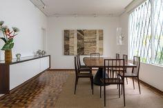 sala de jantar com cadeiras de Joaquim Tenreiro e mesa de  Jorge Zalszupin