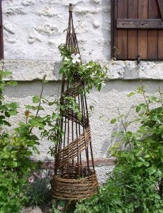 I seem to have a crush on garden trellis thingies made from basket willow branches. I whish I had a larger garden so that I could put in sev… – Garden Ideas Trellis Design, Diy Trellis, Garden Trellis, Trellis Ideas, Garden Crafts, Garden Projects, Basket Willow, Willow Furniture, Garden Arbor