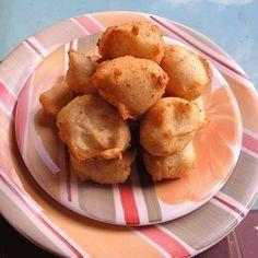 ALMOJÁBANAS ★ receta de la Chef boricua Cielito Rosado »»» 20-30 Porciones Prep. 10 min. Cocción 15 min. •••INGREDIENTES••• 2 tazas aceite de maíz o aceite de oliva para freír 2 tazas leche 2 cdas. mantequilla ¼ cdita. sal ½ cdita. baking powder 1 taza harina de arroz 2 huevos 3 ½ oz. queso del país rallado •••PROCEDIMIENTO••• -Mezcla la harina con el baking powder. En una cacerola mediana echa la leche con la mantequilla y sal y calienta hasta hervir. -Echa