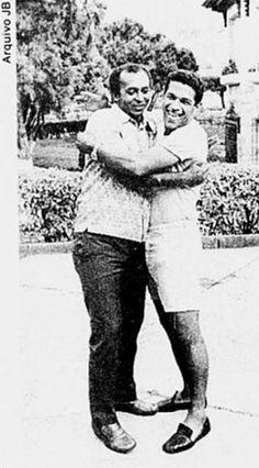 """Garimpando na web, encontrei esta """"pedra preciosa"""". Uma foto de 1972 de um abraço de Quarentinha e Mané Garrincha. Os dois sempre se consideraram irmãos. Origens parecidas, embora sendo um do Pará e outro da região serrana do Rio, e o mesmo amor à bola. Foto devidamente guardada para uma terceira edição do livro """"O artilheiro que não sorria""""."""