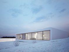 REYKJAVIK – A sleek, monochromatic white house in Reykjavik blends with its surroundings.