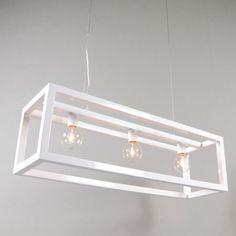 Lámpara colgante CAGE 3 blanca - Lámpara colgante muy elegante con un marco cuadrado. Inspirado en los faroles tradicionales. Su clave es la simplicidad. Usa bombillas de casquillo E27. El cable de suspensión de acero hace que el marco parezca que está flotando.
