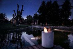 Living Exclusive Showroom, der Sternenhimmel über den Teich und eine romantische Feuerstelle auf die Terrrasse. Am Abend wird der Garten richtig romantisch