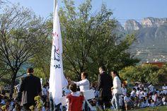 Nuestra directora Marcela Cantú, izó la nueva bandera que proclama que cada uno de nuestros corazones es territorio de paz.