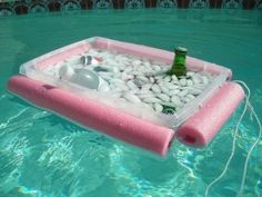Floating Pool Cooler - Cut a foam noodle in 4 parts around a storage bin and use a rope to hold them around it. Bonus: the excess rope also works as a pull for the pool cooler! #DIY #ideas #summer