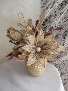Learn how to make beautiful jute or burlap cloth flowers ~ Mimundomanual - Ronald Delisle Twine Flowers, Burlap Flower Wreaths, Cloth Flowers, Diy Flowers, Fabric Flowers, Flower Diy, Hessian Crafts, Twine Crafts, Diy Crafts