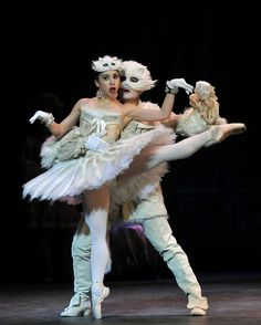 White Cat and Puss in Boots (Venus Villa, Juan Rodriguez) English National Ballet's 'Sleeping Beauty' Photo: Dave Morgan ♥ Wonderful! www.thewonderfulworldofdance.com #ballet #dance