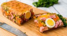 Húsvéti sonka aszpikban recept: A húsvét, és év közben a hidegtálak egyik elmaradhatatlan darabja a sonkás-tojásos-zöldséges aszpik. Igazán dekoratív hideg előétel! Ezért készítettünk Nektek egy jó húsvéti sonka aszpikban receptet! ;)