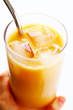 This Iced Rooibos Latte is caffeine-free, easy to make with your preferred kind of milk, and so refreshing and tasty. Meet…my latest obsession this spring. This Iced Rooibos Latte. Hot Tea Recipes, Coffee Recipes, Easy Recipes, Drink Recipes, Chai Tea Recipe, Latte Recipe, Yummy Drinks, Healthy Drinks, Healthy Eats