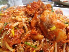 아귀찜(steamed monkfish smothered in spicy sauce). 아귀라는 생선을 콩나물과 함께 매운고추가루 양념으로 볶아낸 음식이다.