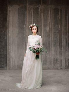 Este vestido de novia de encaje de mangas largas de Agnia, $550. | 33 vestidos de novia imposiblemente bonitos con mangas