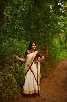 Set Saree Kerala, Kerala Traditional Saree, Kerala Engagement Dress, Kasavu Saree, Jesus Mother, Long Skirt Fashion, Kerala Bride, Desi Girl Image, Dehati Girl Photo
