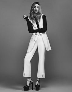 Pitkä liivi, paita ja housut By Malene Birger. Kengät Gucci. Kaulaketju Jennifer Fisher.