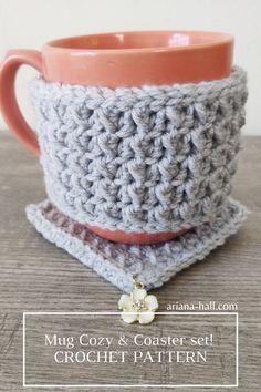 Free Crochet Pattern for the perfect gift idea this Christmas Holiday! Crochet gift Idea Crochet Mug rug with a charm in the corner! Crochet Mug Cozy, Cute Crochet, Crochet Yarn, Mug Cozy Pattern, Ravelry Crochet, Art Du Fil, Mug Rug Patterns, Crochet Instructions, Crochet Designs