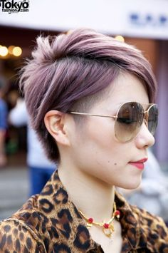 The short and edgy cut is cut smooth throughout the back and sides, blending into the top jagged cut layers, bringing the side-parted cut a lot of texture.