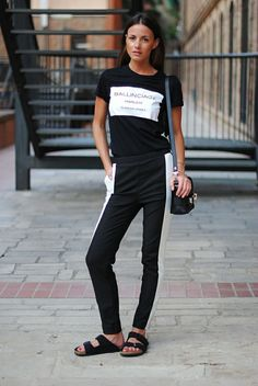 5 Ways To Wear Birkenstocks (and Actually Look Chic - Graphic t-shirt, black and white track pants and Birkenstock sandals Estilo Birkenstock, Birkenstock Style, Grunge Look, Denim Overall, Lässigen Jeans, 2014 Trends, Minimal Chic, Sporty Style, Look Chic