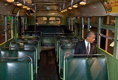 Le président américain, Barack Obama, est assis dans le bus dans lequel la militante noire Rosa Parks refusa de céder sa place à un Blanc, au musée Henry Ford, à Dearborn (Michigan), le 18 avril 2012. THE WHITE HOUSE
