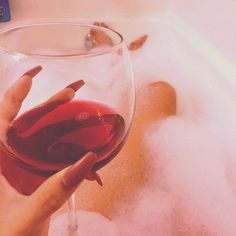 es verzehrt mich - At Home Spa Day Ideas and Recipes 2020 Luxury Lifestyle Women, Spa Day At Home, Lush Bath, Manicure At Home, Art Model, Me Time, Red Wine, Life Is Good, Bubbles