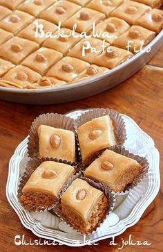 Recette facile et rapide de baklava préparée idéalement avec la pâte filo et une pâte maison garnie d'une farce aux amandes. Un gâteau mielé oriental