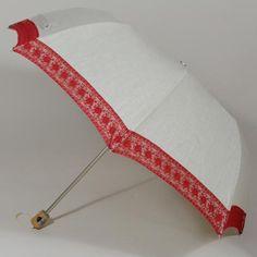 Magnifique cette ombrelle pliante La Mini Comtesse rouge.