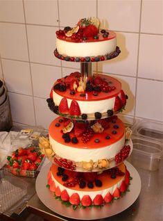 Denne bryllupskaka var (nesten) nok til 140 personar. Wedding Cakes, Desserts, Wedding Gown Cakes, Tailgate Desserts, Deserts, Wedding Cake, Dessert, Cake Wedding, Wedding Pies