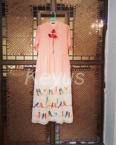 Cotton dress, with an asymmetrical cut, it has a pretty cage and bird motif embroidered. Embroidery On Kurtis, Kurti Embroidery Design, Hand Embroidery, Machine Embroidery, Indian Attire, Indian Outfits, Hand Painted Dress, Kirara, Kurta Designs