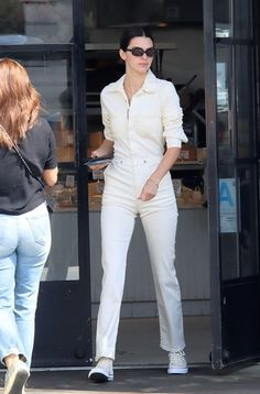 Kendall Jenner donning round white Converse ankle canvas shoes White Converse Outfits, Converse Style, Kendall Jenner Shoes, Kylie Jenner, Winter Outfits 2019, Alexander Mcqueen, Mode Inspiration, Fashion Outfits, Stylish Outfits