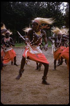 CalPhotos: Tutsi men in ethnic dress dancing the Watusi dance Baile Jazz, Dance Baile, Shall We Dance, Lets Dance, Afro, African Dance, Tribal Dance, People Dancing, Dance Movement