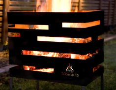 Der formschöne  Urban Fire Basket von Röshults  besticht durch sein naturbelassenes Design. Denn mit dieser innovativen Feuerstelle schuf die Designerin Cornelia Norgren einen wahren Blickfang, der in keinem Garten fehlen...