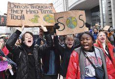Deelnemers Klimaatmars pakken uit met creatieve slogans: een overzicht | VRT NWS
