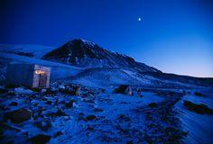 Groenlandia Fotografia di David McLain, National Geographic  Un accampamento indigeno per la caccia al tricheco è l'unico segno di vita su queste colline in Groenlandia.