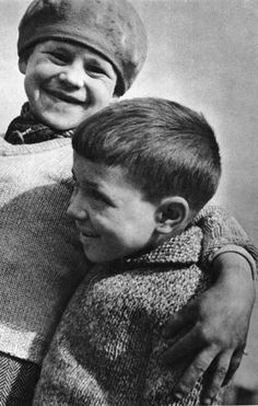 Robert Doisneau // Pure New Wool Jumpers. Robert Doisneau, Henri Cartier Bresson, Vintage Photography, Street Photography, Photo Portrait, Black And White Posters, Kids Laughing, Let's Have Fun, French Photographers