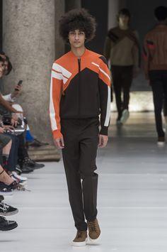 As referências esportivas dentro da alfaiataria de Neil Barrett - Verão 2017/18. #Milão #Milan #MFW #menswear #catwalk #alfaiataria #tailoring #summer #FocusTextil