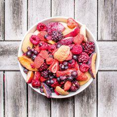 Porazte chrípky, angíny a zápaly mrazom sušeným ovocím Brix plným vitamínov Maškrťte zdravé mrazom sušené ovocie a urobíte niečo pre zdravie  Príchodom zimy nastal čas chorôb dýchacích ciest, zápalov priedušiek a priedušníc, angín, nádch a epidémií chrípok. Pri všetkých týchto ochoreniach odporúčajú lekári zvýšený prísun vitamínu C a ďalších vitamínov potrebných pre boj s chorobami a na posilnenie imunity. Acai Bowl, Breakfast, Food, Acai Berry Bowl, Morning Coffee, Essen, Meals, Yemek, Eten